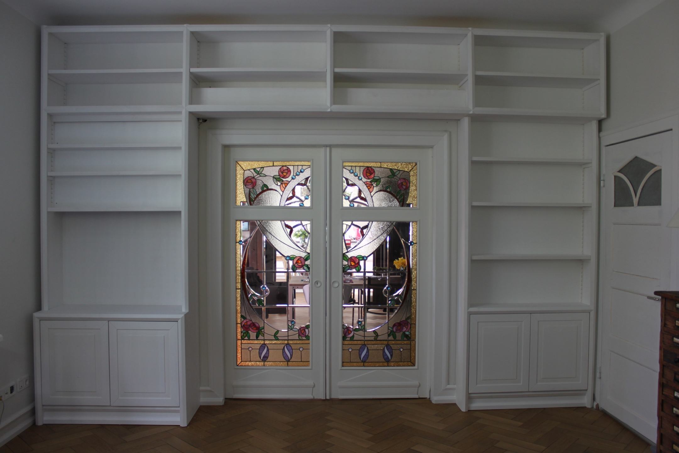 b cherwand mit integr tv und leinwand holzwelten tischlerei gmbh. Black Bedroom Furniture Sets. Home Design Ideas